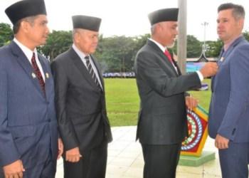 Walikota Padang H. Mahyeldi Ansharullah Dt Marajo menyematkan pin tamu kehormatan kepada Walikota Fremantle di sela upacara peringatan Hari Pendidikan Nasional 2017 di Lapangan Imam Bonjol Padang, Selasa (2/5). (der)