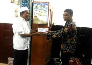Anggota DPRD Kota Padang, Aprianto saat melakukan safari ramadhan. (baim)