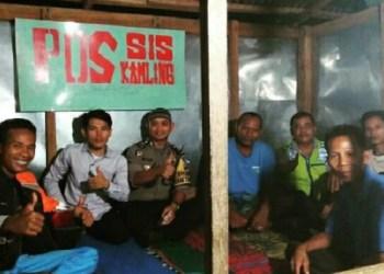 Anggota Bhabinkamtibmas Nagari Bawan menyambangi masyarakat hingga ke pos ronda. (fajar)