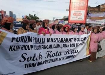 Demo warga Kota Solok terkait pernyataan dr Fiera Lovita di sejumlah media nasional beberapa waktu lalu. (ist)