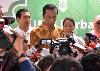 Presiden Jokowi menjawab pertanyaan wartawan usai pembagian sembako di Penjaringan, Jakarta Utara, Selasa (13/6). (Foto: Humas Setkab RI).