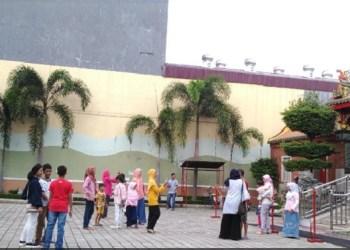 Warga menikmati libur lebaran di kawasan kota tua Pondok, Padang.(baim)