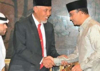 Walikota Padang Mahyeldi Ansharullah menyalami Anies Baswedan saat multaqo dai di Padang. (der)