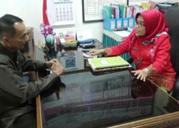 Tommy de Rapers, kakek Affan Ghofari (7) tengah berdialog dengan Kepala SDN 06 Kampung Lapai, Rabu (12/7). (dio)