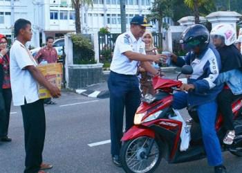 ASN Pemko Padang Panjang membagikan takjil kepada warga. (*)