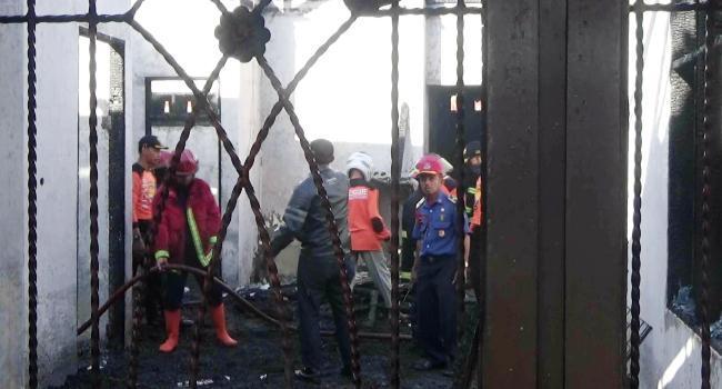 Sebuah rumah permanen di Koto Panjang Ikua Koto, Koto Tangah Kota Padang ludes terbakar Senin (17/7) pagi. (dio)