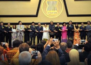 Sejumlah kepala negara di ASEAN saat peringatan 50 tahun ASEAN di Jakarta, Jumat (11/8). (foto: humas setkab)