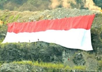 Bendera raksasa yang berkibar di puncak tambang Karang Putih Indarung, Padang. (baim)