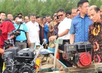 Wamen ESDM Archandra Tahar saat penyerahan paket konverter kit bagi nelayan kecil di Muaro Panjalinan, Kelurahan Pasia Nan Tigo, Kecamatan Koto Tangah, Padang, Kamis (7/9). (der)