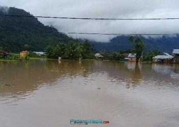 Banjir di kawasan Bungus, Rabu (20/9). (baim)