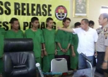 Polresta Padang mengekspose hasil penangkapan pelaku jambret yang berhasil diciduk dua pekan terakhir, Kamis (27/10). (dio)