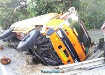 Kecelakaan beruntun di jalan raya Lubuk Basung - Pasaman, Rabu (24/10). (fajar)