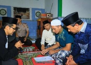 Seorangtahanan Polres Padangpanjang mendapat hidayah dan mengucapkan dua kalimat syahadat. (foto: humas Pemko Padangpanjang)