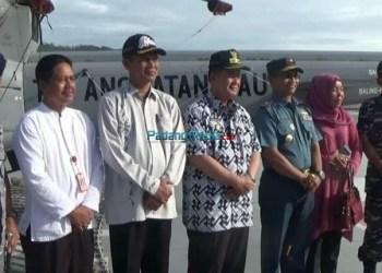 Wagub Sumbar Nasrul Abit meninjau KRI Dr. Soeharso 990 di Pelabuhan Lantamal II Teluk Bayur. Kapal rumah sakit ini telah menggelar bakti sosial pelayanan kesehatan kepada masyarakat di Kota Pariaman dalam perjalanan Sail Sabang 2017. (dio)