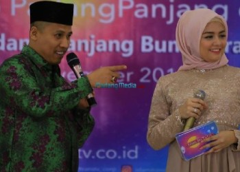 Walikota Padangpanjang Hendri Arnis bersama pembawa acara Islam Itu Indah, Tika. (foto: humas)