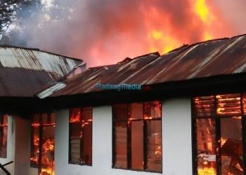 Kebakaran di bekas gudang arsip Kantor Dinas Pekerjaan Umum (PU) Kab. Agam di Jorong Sungai Jariang, Nagari Lubuk Basung, Kec. Lubuk Basung, Senin (11/12) pagi. (fajar)