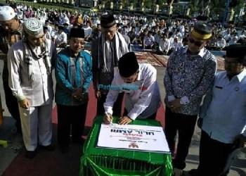 Bupati Yusuf Lubis bersama Wabup Atos Pratama menandatangani prasasti tanda diresmikannya Musholla Ulil Amri. (riki)