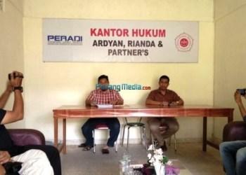 Erisman didampingi kuasa hukum dari Kantor Hukum Ardyan, Rianda dan Partner memberikan keterangan pers kepada wartawan terkait putusan PTUN Padang, Senin (8/1). (febry)