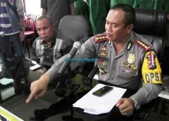 Kapolresta Padang Kombes Pol Chairul Aziz menunjukkan barang bukti tabung gas elpiji yang digunakan tersangka pengoplos elpiji bersubsidi, Selasa (23/1). (dio)