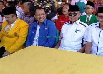 Paslon Wako dan Wawako Padang Emzalmi - Desri Ayunda mendaftar ke KPU Kota Padang, Selasa (9/1). (febry)