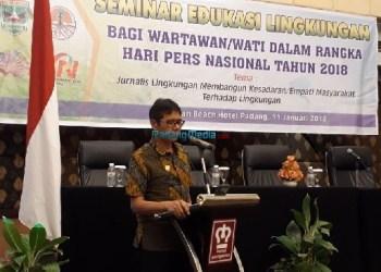 Gubernur Sumatera Barat, Irwan Prayitno saat membuka secara resmi Seminar Edukasi Lingkungan Bagi wartawan/wati dalam rangka Hari Pers Nasional Tahun 2018 di Hotel Pangeran Beach, Kota Padang, Kamis (11/1). (fajar)