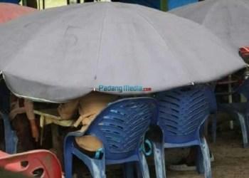 Keberadaan tenda ceper di Pantai TIku, Kab.Agam yang sudah meresahkan pengunjung. (fajar)