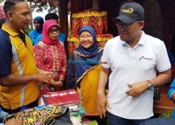 VP CSR Pertamina Agus Mashud didampingi Ketua flipMas Minangkabau Ellyza Nurdin saat meresmikan tiga KEM di Nagari Tikalak Kabupaten Solok, Kamis (8/2). (febry)