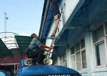 Petugas memasang fiber optik di salah satu kantor OPD. (foto: humas)