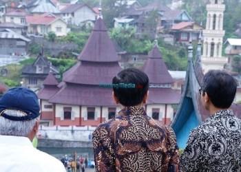 Presiden Jokowi dan rombongan singgah di Nagari Pariangan, Jumat (9/2) pagi. (foto: setkab)