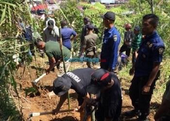 Tim gabungan menimbun rengkahan di Bukit Tui. (foto: humas)