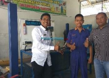 Robi bersama Guru Pembimbing jurusan Teknik Otomotif SMKN 2 Lubuk Basung, Hendri Mulyad. (fajar)