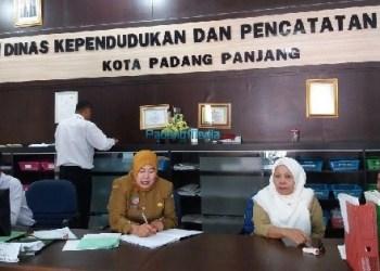 Pelayanan di Disdukcapil Padangpanjang. (foto: humas)