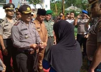 Kapolres Pasaman, AKBP Hasanuddin saat meresmikan rumah layak huni bagi masyarakat. (riki)