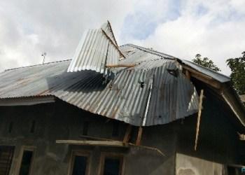 Atap rumah warga yang rusak akibat angin puting beliung di Jorong Labuang, Nagari Canduang Koto Laweh, Kec. Canduang, Kab.Agam, Senin (16/4) sore. (fajar)