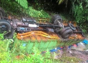 Sebuah truk yang terjun ke sungai di Palupuh Kab,Agam. (fajar)