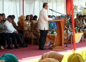 Wagub Sumbar Nasrul Abit saat memberikan sambutan dalam peresmian sentra tenun di Tigo Jangko, Kec.Lintau Buo, Kab.Tanah Datar. (foto:humas)