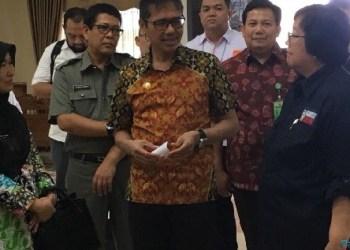 Gubernur Sumbar Irwan Prayitno menerima kedatangan Menteri LH Siti Nurbaya. (foto: humas)
