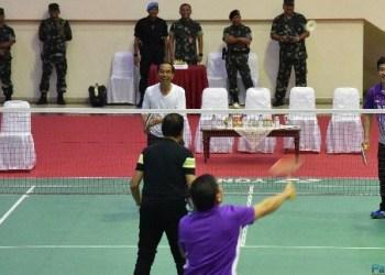 Presiden Jokowi bermain bulutangkis bersama Sultan Hassanal Bolkiah di Mabes TNI Cilangkap, Jakarta, Kamis (3/5). (Foto: Humas)