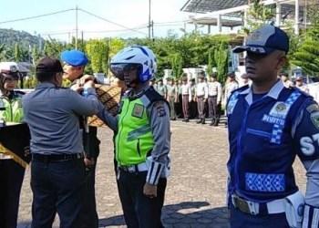 Pemasangan pita kepada personil operasi Ketupat Singgalang 2018 di Pesisir Selatan, Rabu (6/6). (fdc)