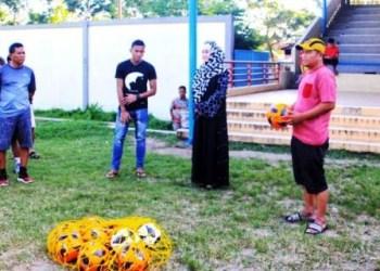 Pulang kampung manfaatkan libur kompetisi, Teja Paku Alam menyempatkan diri menyaksikan sesi latihan klub asalnya, PESPESSEL, Minggu (10/6). (Mar)