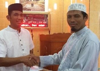 Kapolres Mentawai menyerahkan zakat fitrah pada Ponpes Hidayatullah. (ers)