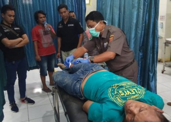 Tersangka saat mendapatkan perawatan di rumah sakit usai ditembak petugas dibagian kaki kanan. (Foto: Fajar)