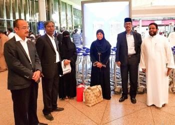 Dubes RI di Riyadh, Agus Maftuh Abegebriel (berpeci), melepas kepulangan Nurkoyah, di Bandara Dammam menjelang terbang ke Indonesia, Selasa (3/7). (Foto: KBRI Riyadh).