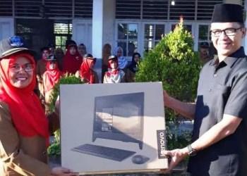 Anggota DPRD Provinsi Sumatera Barat Taufik Hidayat menyerahkan komputer penunjang UNBK ke salah satu sekolah di Kota Padang. (ist)