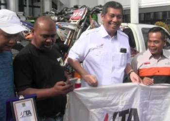 Anggota DPRD Sumbar Risnaldi bersama Kadis Pariwisata Sumbar Oni Yulfian melepas dua tim trabas untuk mengikuti kejuaraan internasional di Aceh, Rabu (1/7). (dio)