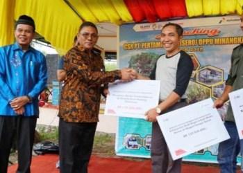 Penyerahan bantuan program TJSL PT Pertamina senilai total Rp938 juta di Kota Pariaman, Jumat (14/9). (ist)