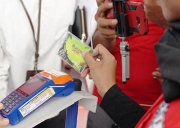 Petugas SPBU tengah membantu konsumen melakukan pembayaran non tunai untuk membeli BBM di SPBU Pisang, saat peluncuran program JNT di Padang, Rabu (19/9). (ist)