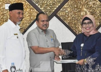 Foto - Wakil Ketua DPRD Padang Wahyu Iramana Putra menyerahkan laporan Pansus pembahasan Perubahan APBD 2018 kepada Ketua DPRD Padang untuk disahkan. (baim)