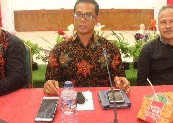 Wawancara bersama Kadis Kesehatan Mentawai dan Staf Imunisasi provinsi Sumbar di aula Sekretariat Umum Daerah Mentawai, Jumat (19/10). (ers)