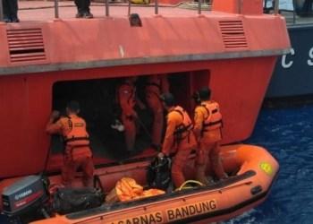 Tim Basarnas melakukan proses pencarian terhadap korban Lion Air JT610. (foto: humas basarnas)